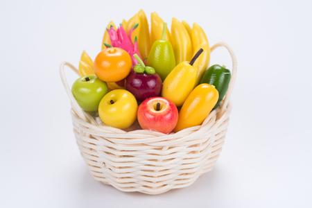 Miniatura cesto di frutta su sfondo bianco Archivio Fotografico - 60380503