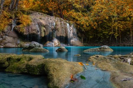 Kleur veranderen techniek van Waterval in diep bos, Erawan waterval National Park, Thailand