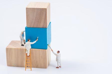미니어처 사람들 작업자 그림 나무 큐브 빌딩 블록