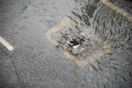l & # 39 ; inondation après la pluie se lève le drain sur la route