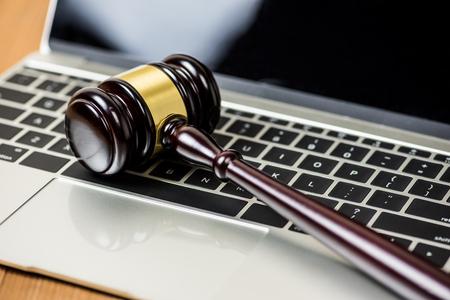 Martillo de justicia martillo en el ordenador portátil, concepto de subasta en línea Foto de archivo