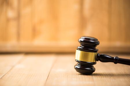 gavel justice hammer on  wood background 免版税图像 - 121326496