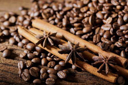 Grains de café torréfiés sur fond de table en bois