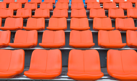grandstand: naranja sillas de tribuna Foto de archivo