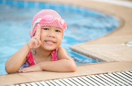 Kleine niedliche asiatische Mädchen auf Bikiniklage Standard-Bild - 37958852