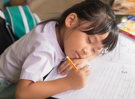 Cte 少女宿題をやっている間の睡眠します。 写真素材