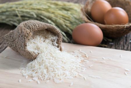 Thai Jasmine rice on wood plate Reklamní fotografie