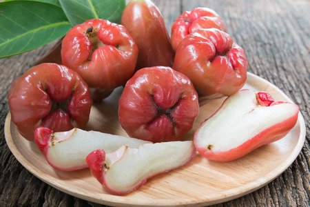 木の皿に新鮮なローズ アップル 写真素材
