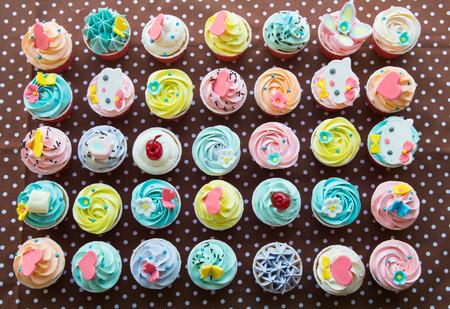 tortas de cumpleaños: colorido de los pasteles de taza de papel marrón Foto de archivo