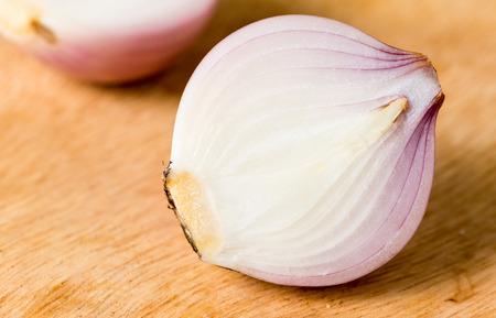 cebolla roja: rebanada de cebolla roja en el fondo de madera