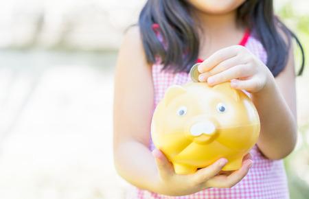 banco dinero: manita niña puso la moneda a la batería guarra