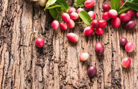 hipofisis: carunda fruta en el fondo de madera vieja, la fruta ayuda a aliviar el dolor de garganta y la hip�fisis.