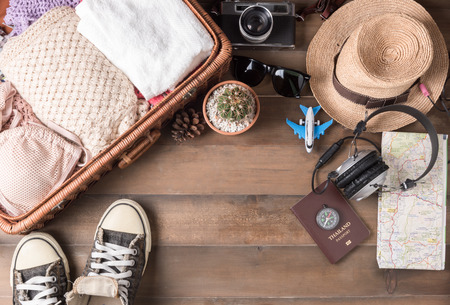 voyage: Travel accessories costumes. Passports, luggage, vintage camera, sunglasses, wicker bag, sneaker, The cost of travel maps prepared for the trip.