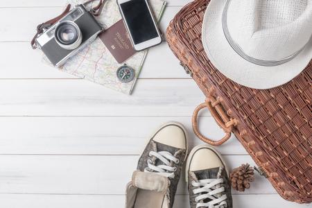 アクセサリー衣装を旅行します。パスポート、荷物、ビンテージ カメラ、バッグ、スニーカー、旅の準備旅行地図のコスト。 写真素材