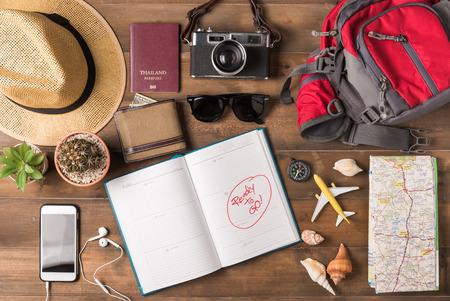 旅行計画、旅行休暇旅行、観光モックアップ - 木製の背景に旅人の服アクセサリー。フラットを置く. 写真素材