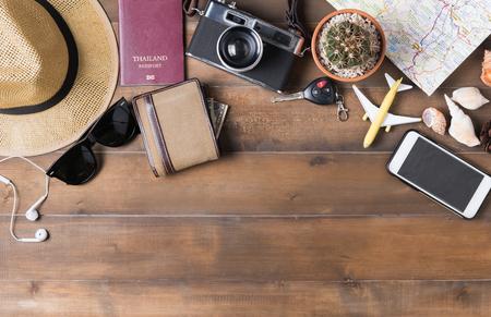 旅行計画、旅行休暇旅行、観光モックアップ - 木製の背景に旅人の服アクセサリー。フラットを置く 写真素材 - 73496886