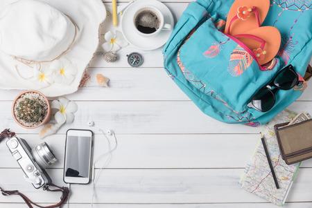 Reisplan, reis vakantie accessoires voor reis, toerisme mockup - outfit van reiziger op houten achtergrond. Plat leggen