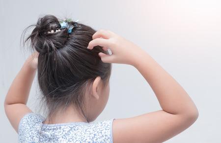 piojos: Niña, mano, picazón, cuero cabelludo, gris, Plano de fondo, cuidado, concepto. Foto de archivo