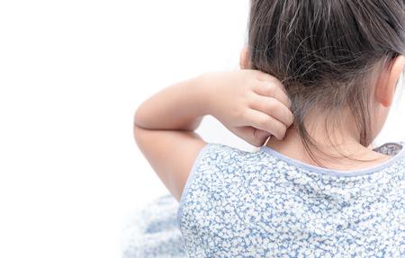 Meisje krab de jeuk met de hand op een witte achtergrond, Concept with Healthcare and Medicine