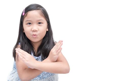 Muchacha asiática linda que hace gesto de la parada sobre el concepto blanco del fondo, de la muestra y del símbolo. Foto de archivo - 84756384