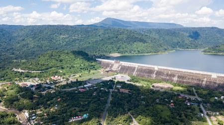 Khun 댄 Prakan의 무인 항공기에서 공중보기 전 댐 및 Nakonnarok 지방 태국 주변 landuse 주위에 크고 가장 긴 롤러 압축 된 콘크리트 댐 세계에서 댐에 텍스트