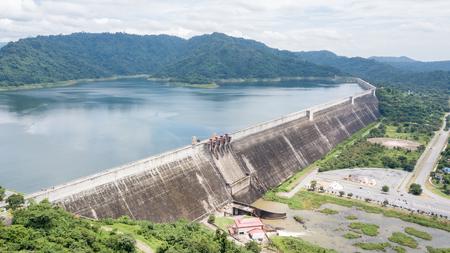 Luchtmening van hommel van de dam van Khun Dan Prakan Chon in Nakonnarok-provincie Thailand, grootste en langste rol samengeperste concrete dam in de wereld, is de Thaise tekst op dam betekenisnaam van dam.