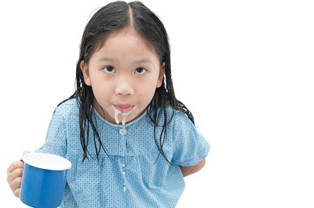 白い背景に、医療の概念に分離されたあなたの歯をブラッシングした後に口をすすぐようにアジアのかわいい女の子。