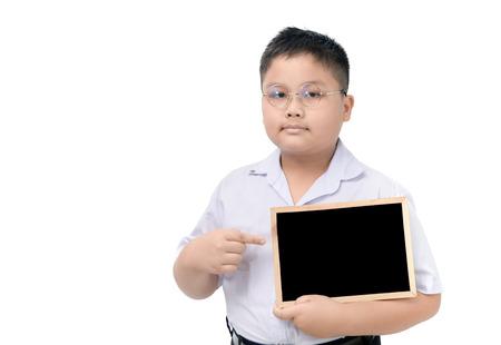 Estudiante gordo asiático que sostiene la pizarra en blanco aislada en el fondo blanco. Foto de archivo