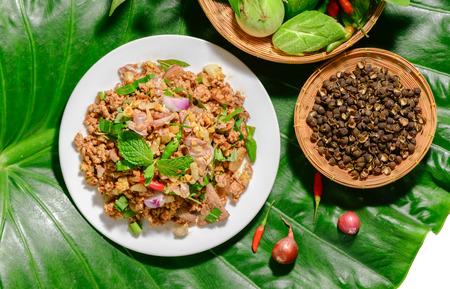 Spicy minced pork mix Zanthoxylum rhetsa with fresh vegetables, Northern food of Thailand.. 版權商用圖片