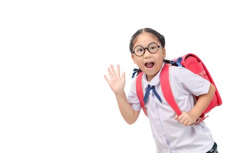 Azjatycki student dziewczyna idzie do szkoły i macha na pożegnanie na białym tle, powrót do koncepcji szkoły.