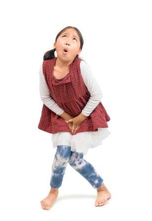 Kleines Mädchen braucht einen Natursekt isoliert auf weiß
