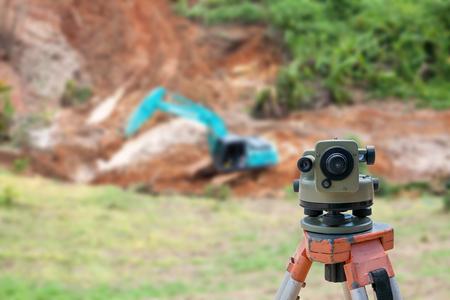 topografo: El topógrafo equipo de taquímetro o teodolito en el sitio de construcción