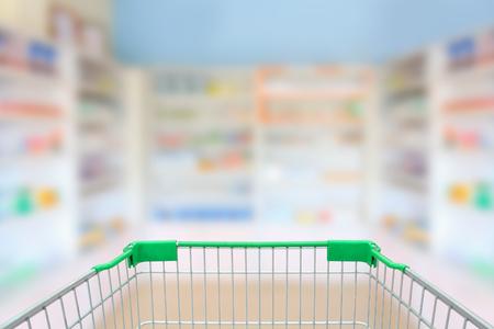 Vervaag planken van drugs in de apotheek met winkelwagentje