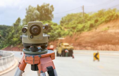 teodolito: road construction site, theodolite instrument for road construction surveyor equipment with road construction site works blur background