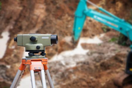teodolito: El topógrafo equipo de taquímetro o teodolito en el sitio de construcción