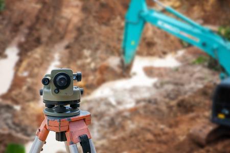 topógrafo: El topógrafo equipo de taquímetro o teodolito en el sitio de construcción
