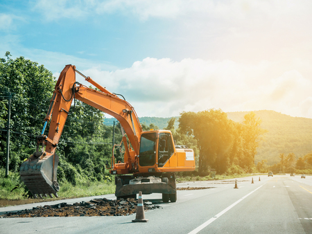 Graafmachine werkzaam bij wegbouwplaats