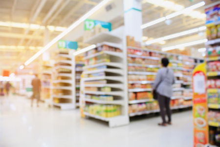 Supermarket interior blur background with customers Zdjęcie Seryjne - 63511155