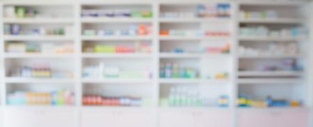 vervagen apotheek winkel schappen gevuld met medicijnen gerangschikt in de schappen bij apotheek, apotheek achtergrond concept Stockfoto