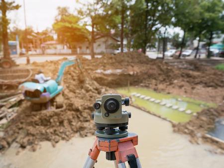 teodolito: El topógrafo equipo al aire libre teodolito en el sitio de construcción