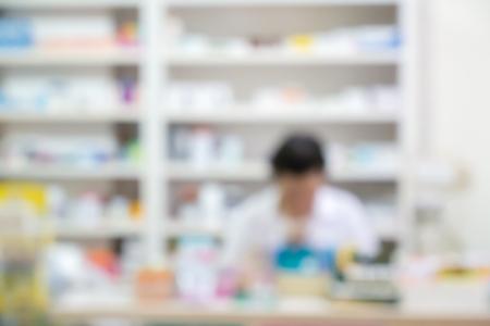 Medicijn flessen op de legplanken in de apotheek, apotheek drogisterij wazig achtergrond