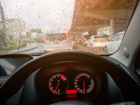 in de auto toen rainning en file