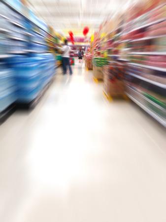 water schappen in de supermarkt vage achtergrond Stockfoto