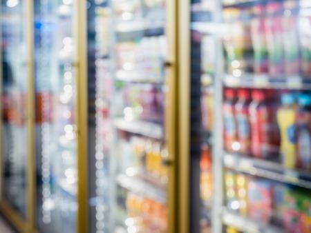vervagen flessen koud drankje drinken op planken in de koude vriezer bij supermarkt of supermarkt