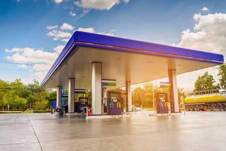 Tankstelle mit Wolken Himmel und Sonne Licht Standard-Bild - 72064743