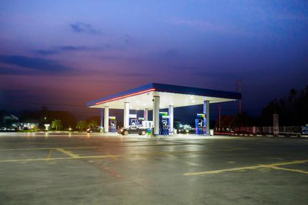 benzinestation met wolken en hemel bij zonsondergang Stockfoto
