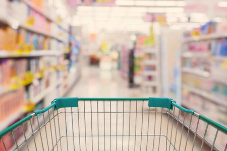 슈퍼마켓 통로와 쇼핑 카트보기 흐린 배경