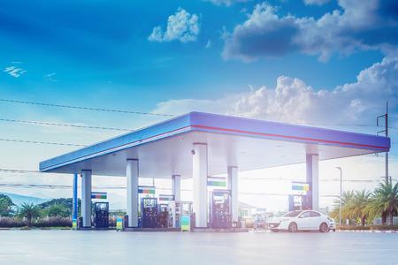 Benzynowa paliwowa stacja z chmurami i niebieskim niebem