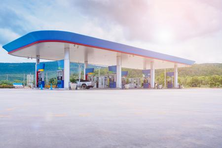 Benzynowa paliwowa stacja z chmurami w nieba i słońca świetle Zdjęcie Seryjne