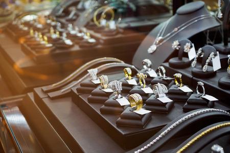 tienda de joyas de oro de lujo con anillos y tienda de exhibición de lujo escaparate escaparate tienda